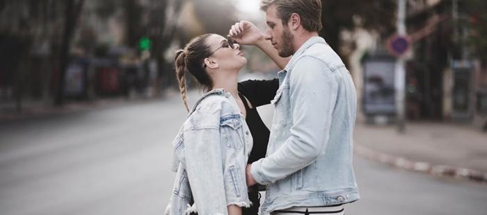 Frauen beim flirten